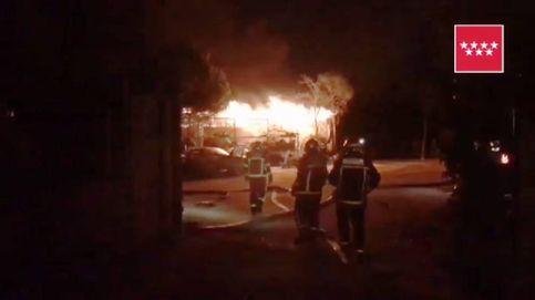 El fuego arrasa una chatarrería en Loeches (Madrid)