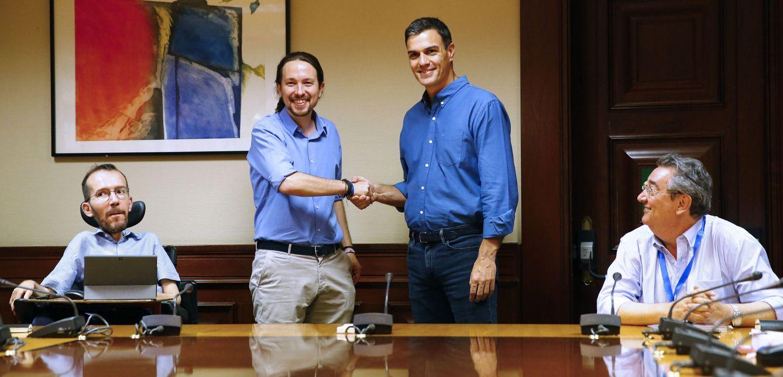Foto: Pedro Sánchez y Pablo Iglesias se saludan en la sala Gregorio Peces-Barba del Congreso, ante Pablo Echenique y Toni Ferrer. (EFE)