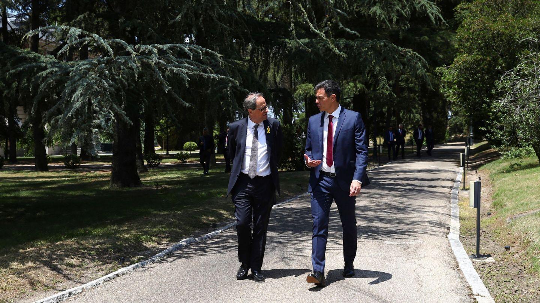 Pedro Sánchez y Quim Torra pasean por los jardines de la Moncloa. (EFE)