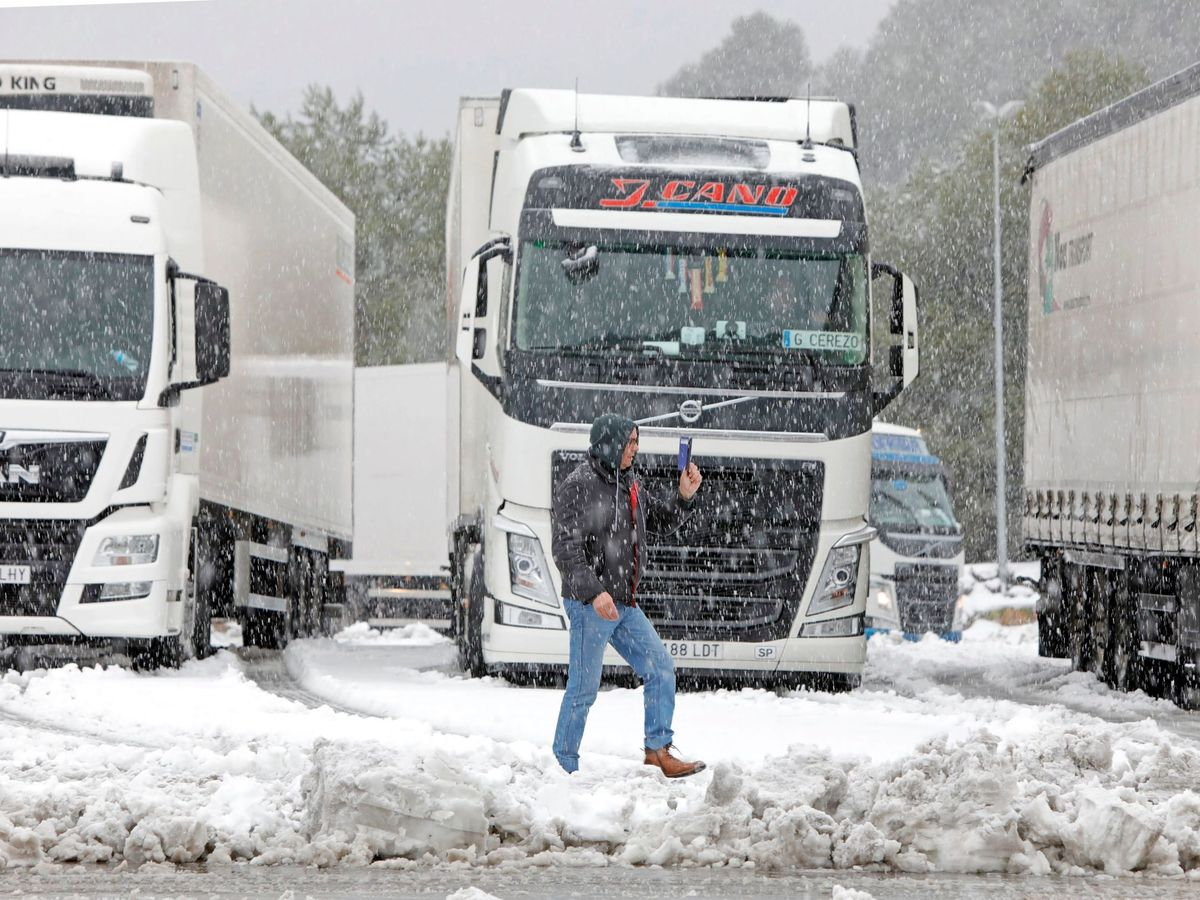 Foto: Camiones en mitad de la tormenta Filomena. (EFE)