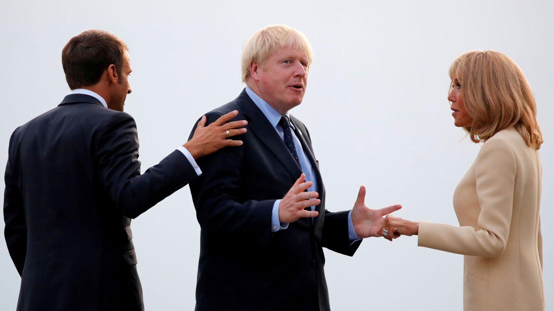 Macron y su esposa reciben a Boris Johnson. (Reuters)