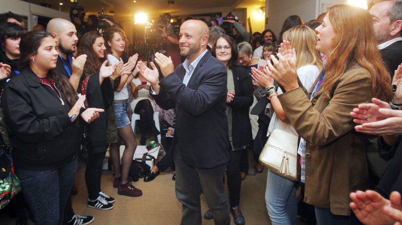 El portavoz de En Marea, Luís Villares, felicitado por sus seguidores en la noche electoral. (EFE)