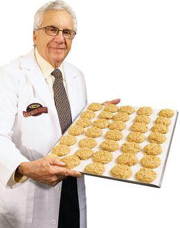 Foto: El doctor Sanford Siegal muestra sus galletas. (Cookiediet.com)