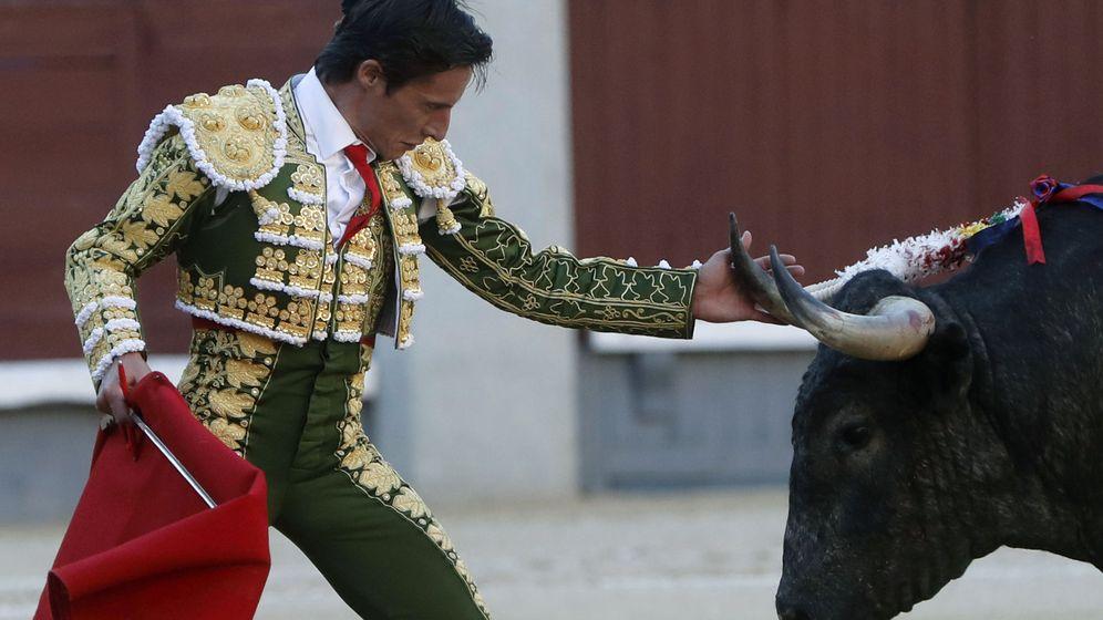 Foto: El diestro Diego Urdiales, durante la faena a su segundo toro. (EFE)