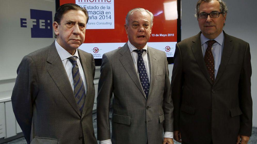 Foto: El presidente del Grupo Cofares, Carlos González Bosch (c), el vicepresidente Juan Ignacio Güenechea (i), y el director de Area Bioquímica y Farmacia de Antares, Antonio Anguera (d)