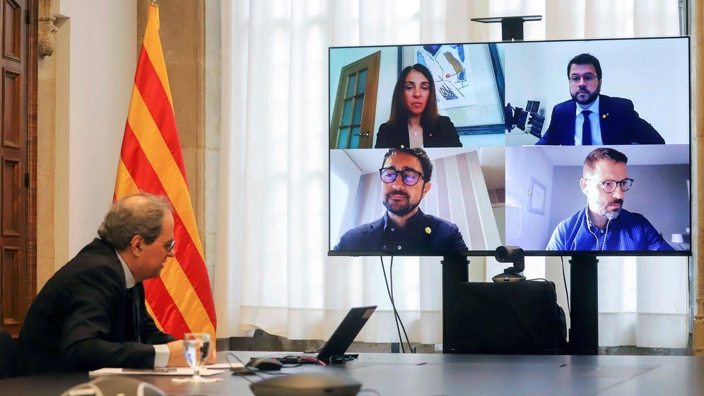 Foto: Fotografía facilitada por la Generalitat de su presidente, Quim Torra, durante la reunión extraordinaria del Govern realizada por videoconferencia, este domingo. (EFE)