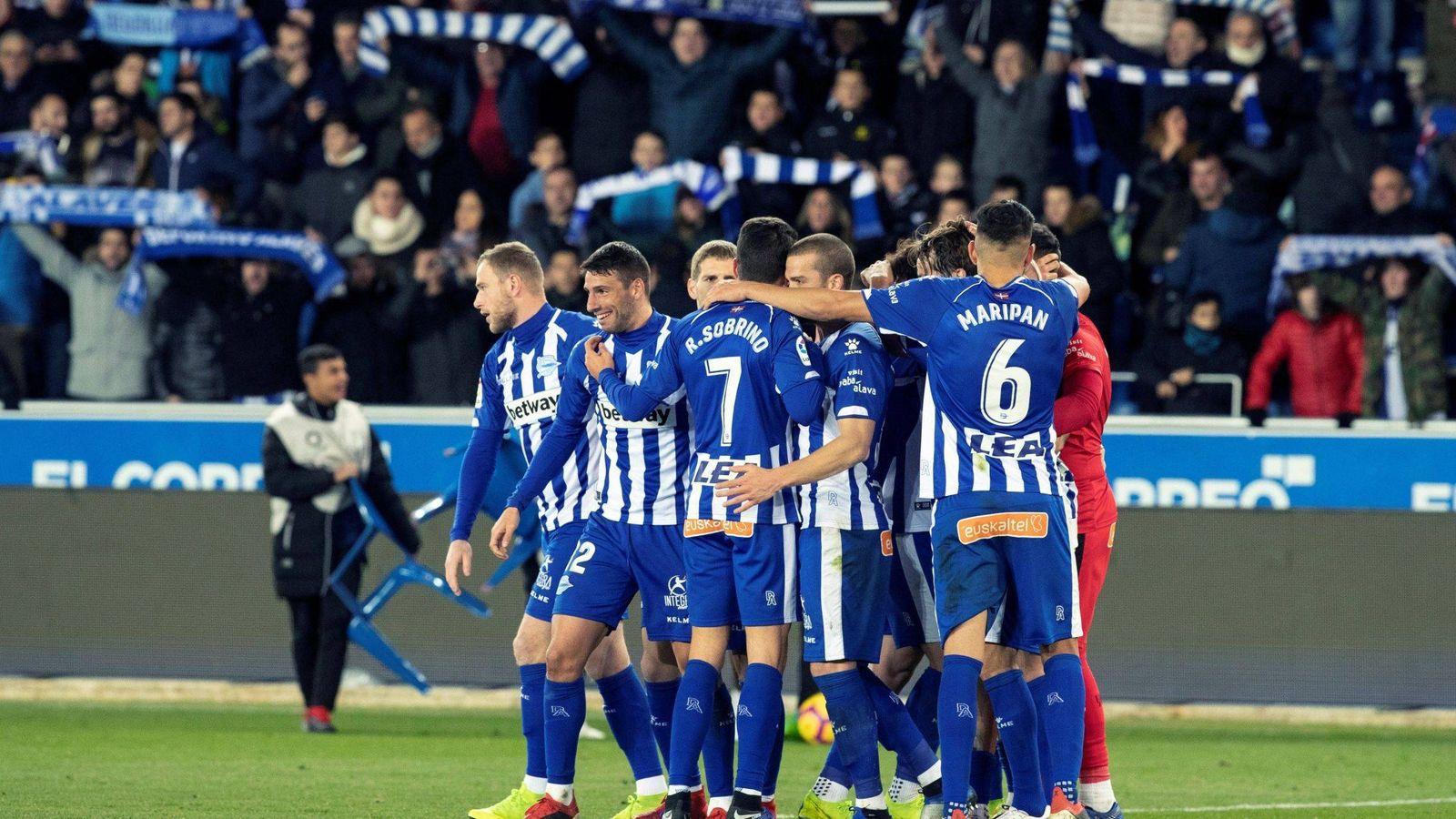 Foto: Jugadores del Alavés celebran un gol. (EFE)