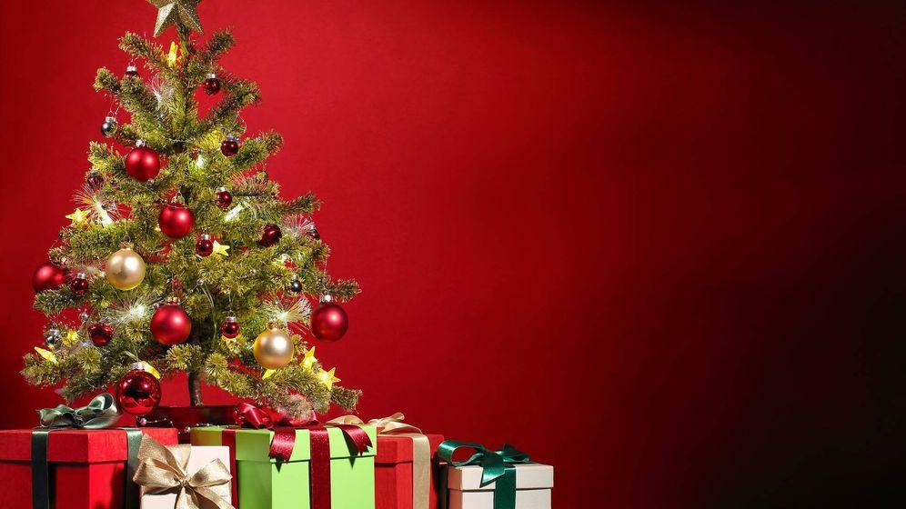 Foto: Regalos en un árbol de Navidad