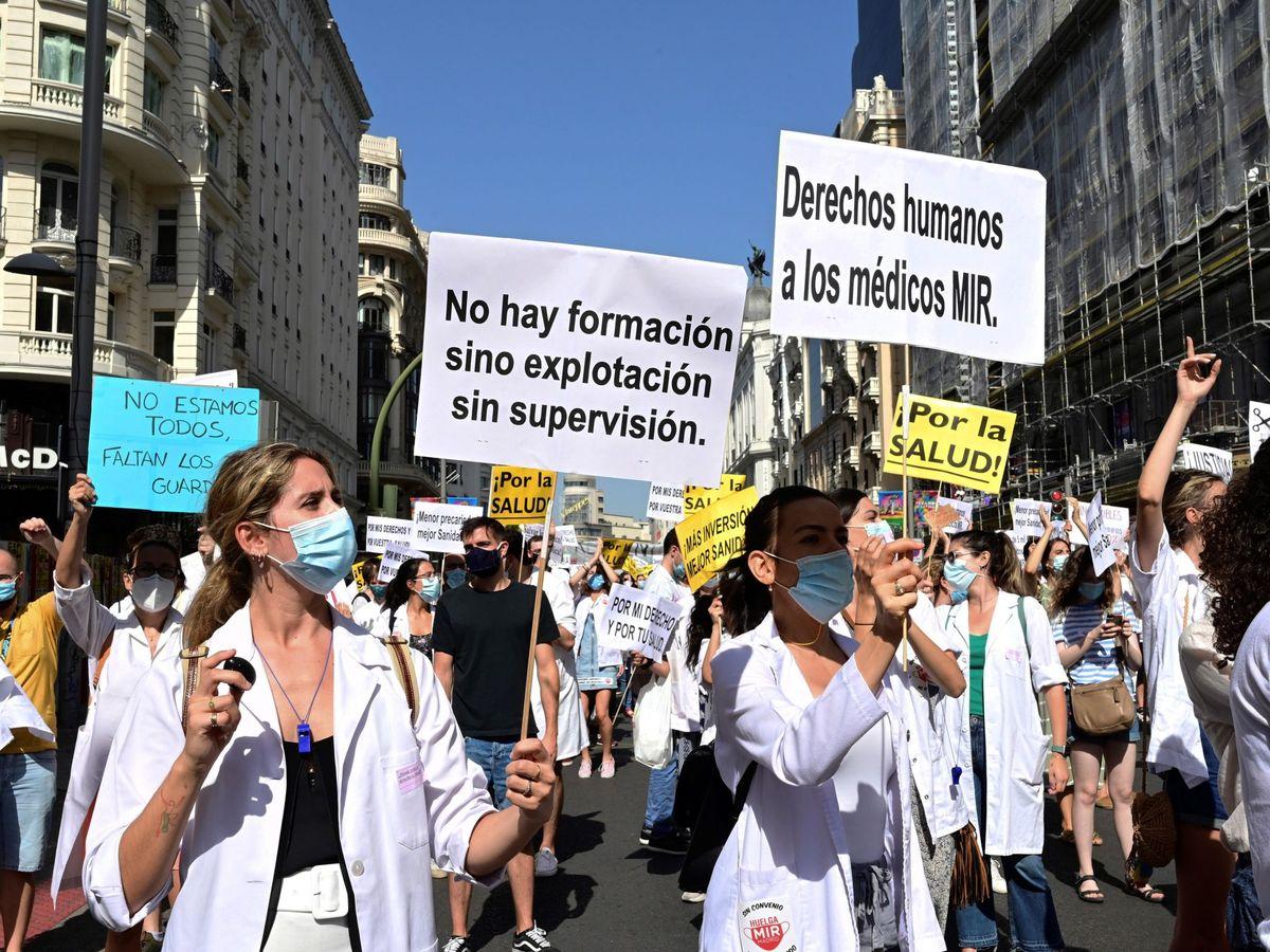 Foto: Varios médicos residentes se manifiestan por la Gran Vía de Madrid. (EFE)