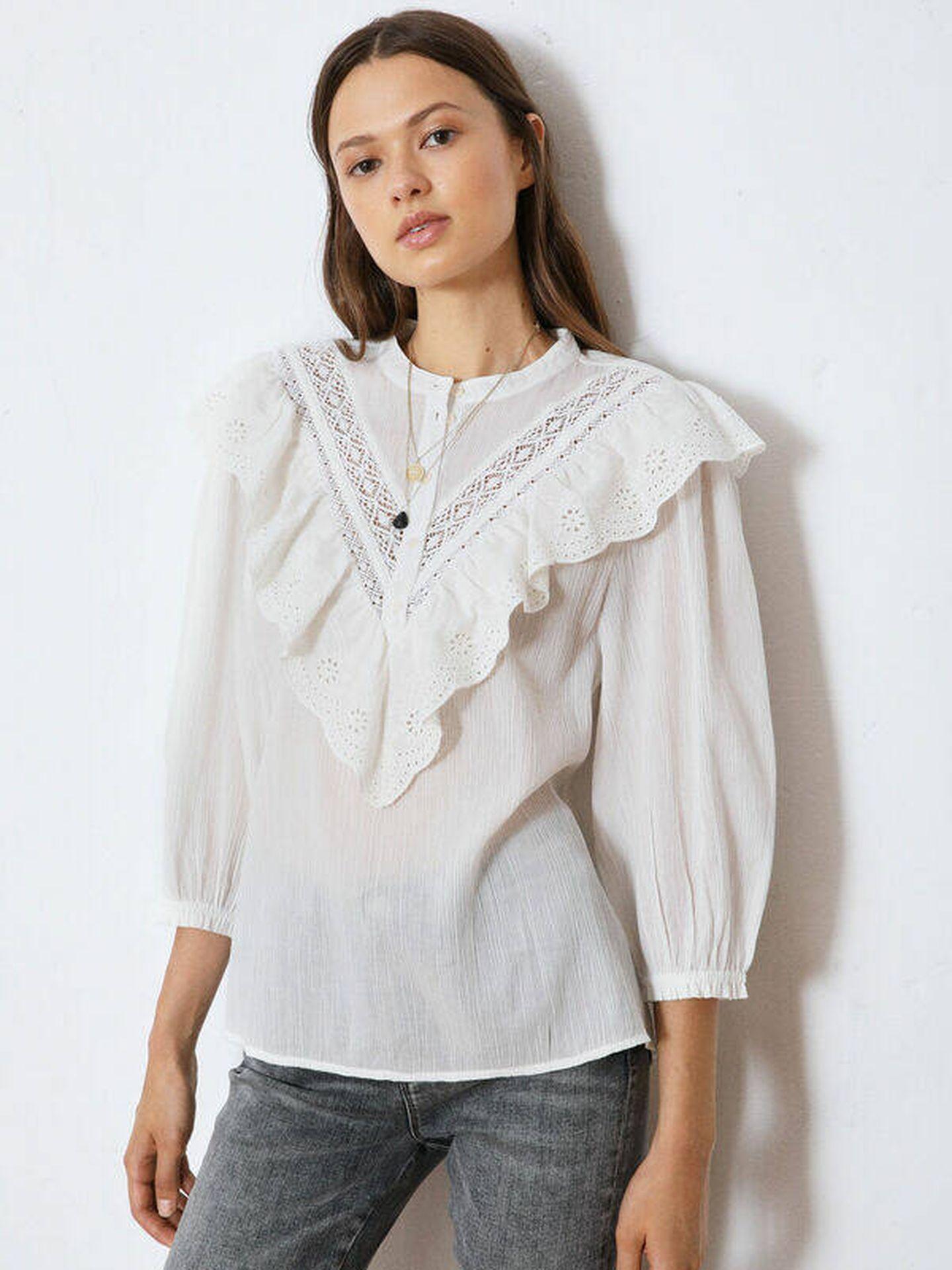 Blusa blanca de High Spirits a la venta en Springfield. (Cortesía)