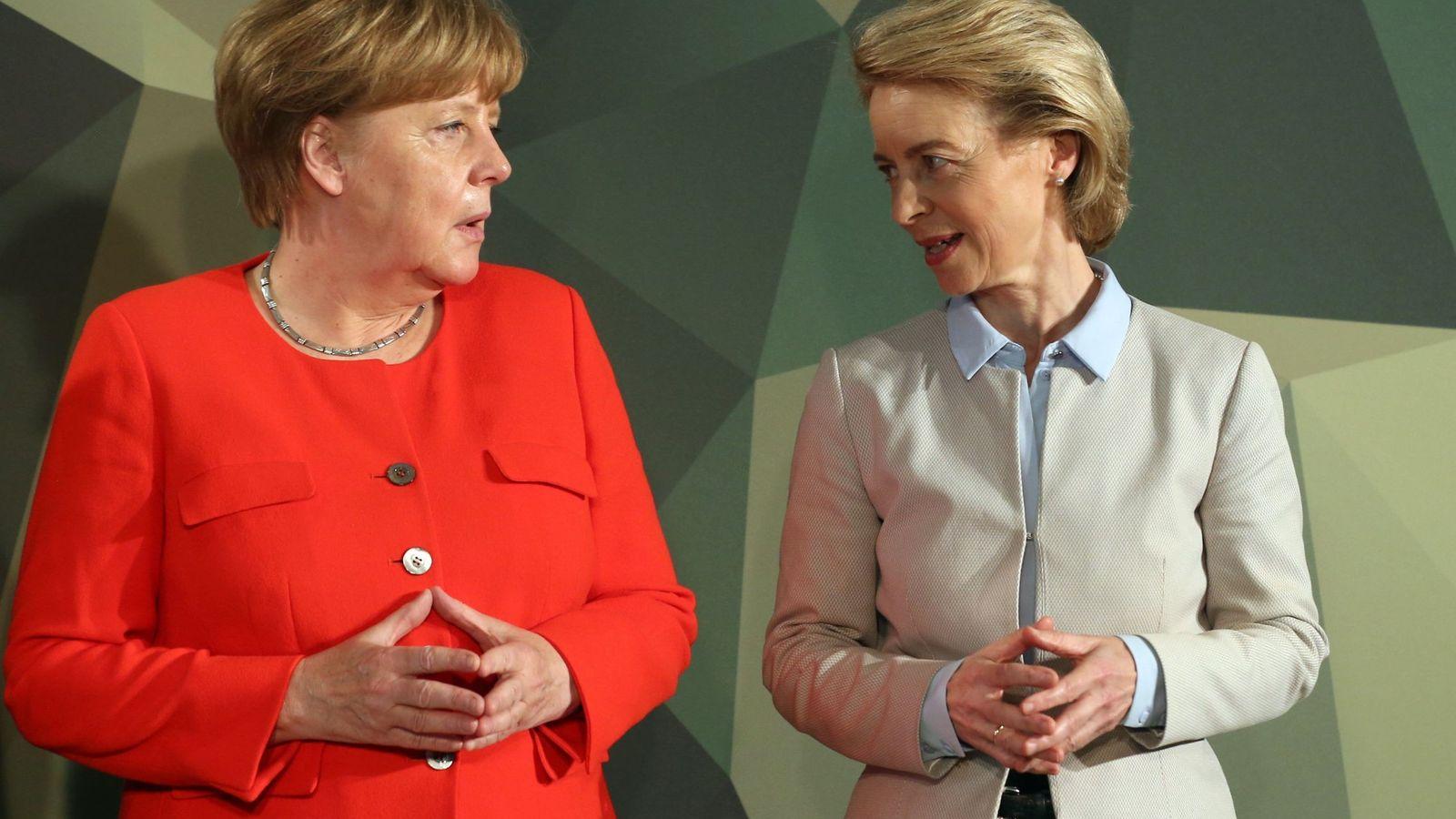 Foto: Ursula von der Leyen con Merkel en un acto. (EFE)