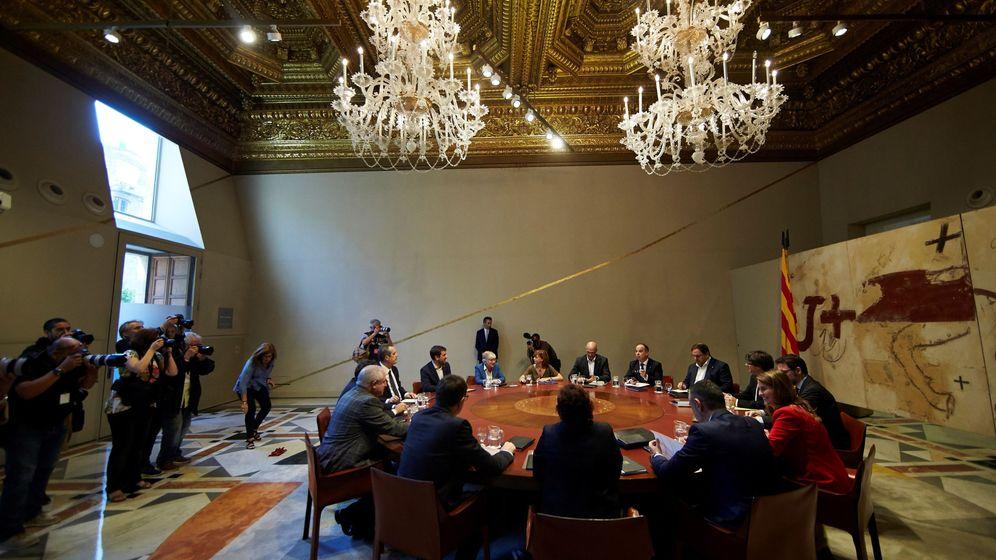 Foto: Vista general de la reunión semanal del Gobierno catalán previa a la comparecencia del presidente, Carles Puigdemont, en el Parlament. (EFE)