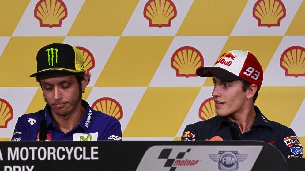 Foto: Valentino Rossi junto a Márquez en la rueda de prensa de Malasia (Efe).