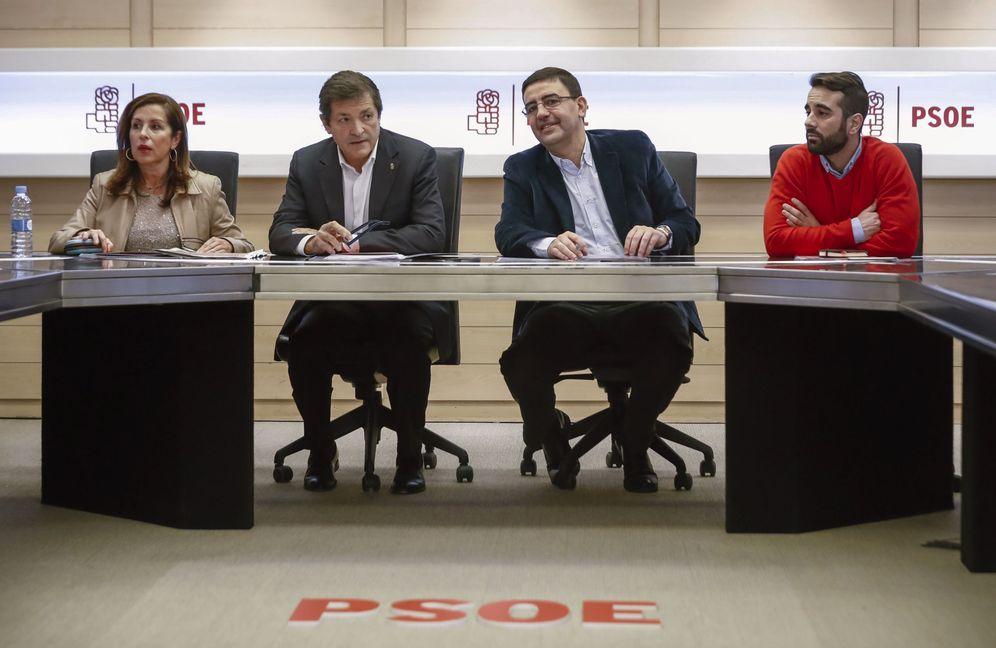 Foto: Lola Padrón, Javier Fernández, Mario Jiménez y José Muñoz, este 26 de enero en la reunión de la gestora del PSOE. (EFE)