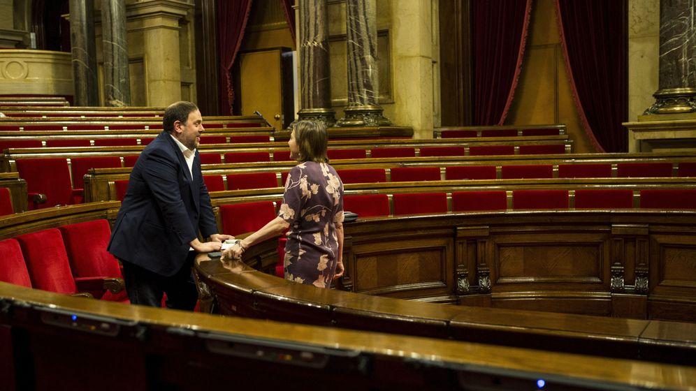 Foto: El exvicepresidente de la Generalitat Oriol Junqueras departe con la presidenta del Parlament, Carme Forcadell. (EFE)