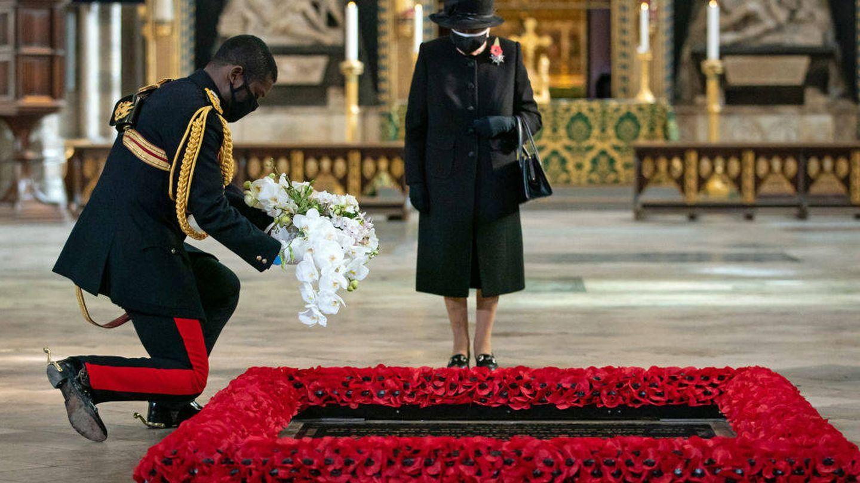 Isabel II al pie de la tumba del Guerrero Desonocido. (Getty)