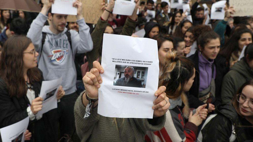 Foto: Concentración de estudiantes de la USC tras los comentarios del profesor Méndez sobre la víctima de 'la Manada'. (Efe)