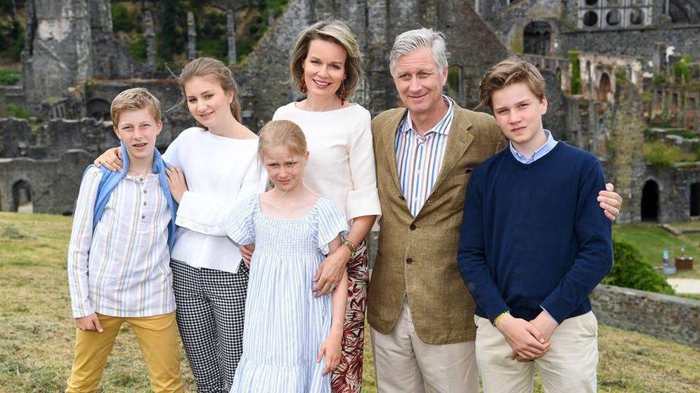 Foto:  Los reyes de los belgas con sus cuatro hijos. (Facebook)