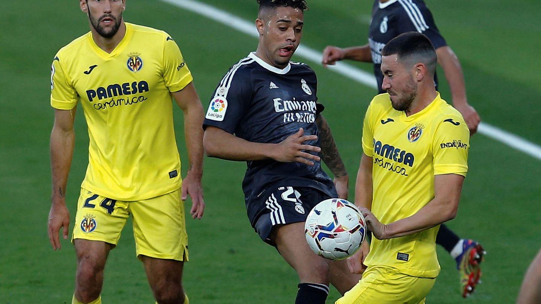 Mariano pelea un balón a Moi Gómez. (Efe)