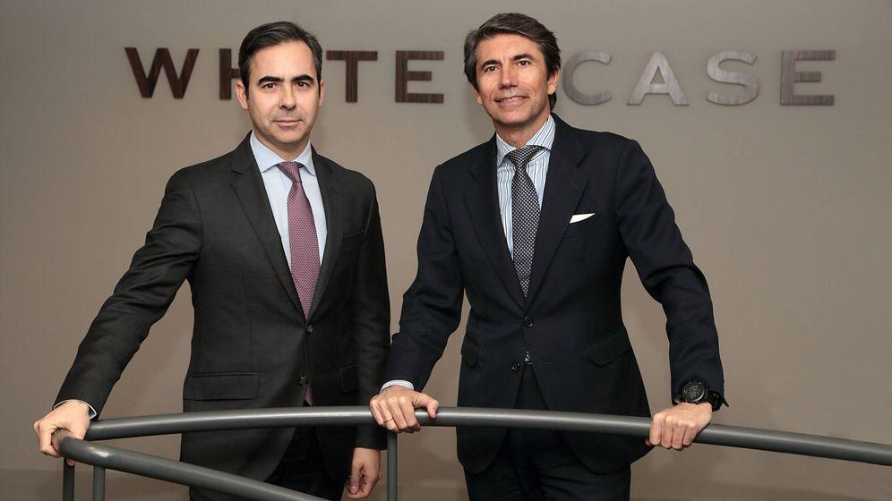 Foto: Ignacio Madalena (i), junto a Juan Manuel Remedios, socio director de White & Case en España. (White & Case)