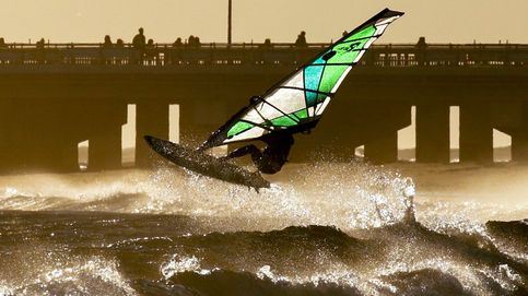 Windsurf en la isla de Enoshima y gansos en Nueva Delhi: el día en fotos