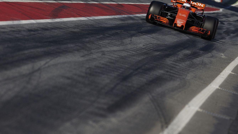 Foto: El McLaren-Honda MCL32 pilotado por Fernando Alonso la semana pasada en Montmeló (Alejandro García/EFE)