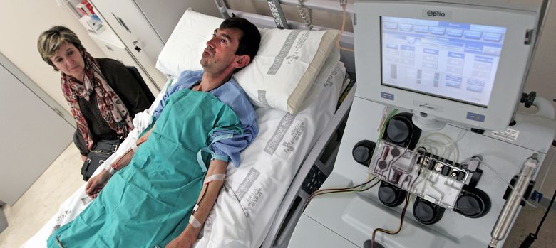 Foto: Un paciente sometido a la extracción de células madre procedentes de la médula ósea. (EFE)