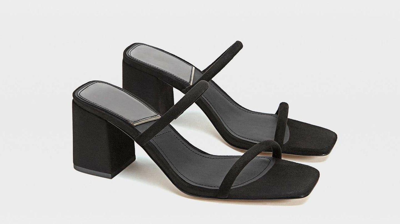 Sandalia de tacón negro de Stradivarius.  (Cortesía)