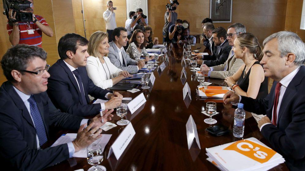 Foto: Álvaro Nadal, Fátima Báñez y Dolors Montserrat al fondo) durante la negociación con Ciudadanos el pasado agosto. (EFE)
