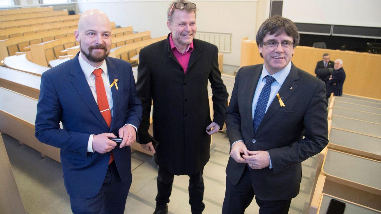 Puigdemont con el parlamentario finlandés Mikko Karna (i) y el profesor Teivo Teivainen en Helsinki. (EFE)