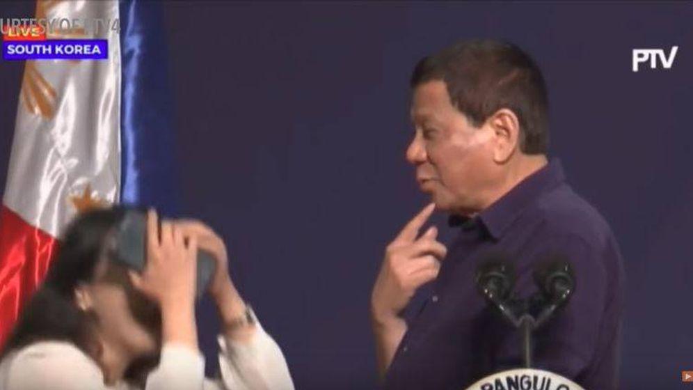 Foto: El presidente filipino le pide a una mujer que le bese en un acto en Seúl.