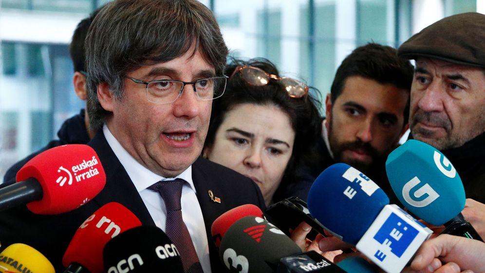 Foto: Carles Puigdemont habla con los medios tras comparecer ante la justicia en Bélgica. (Reuters)