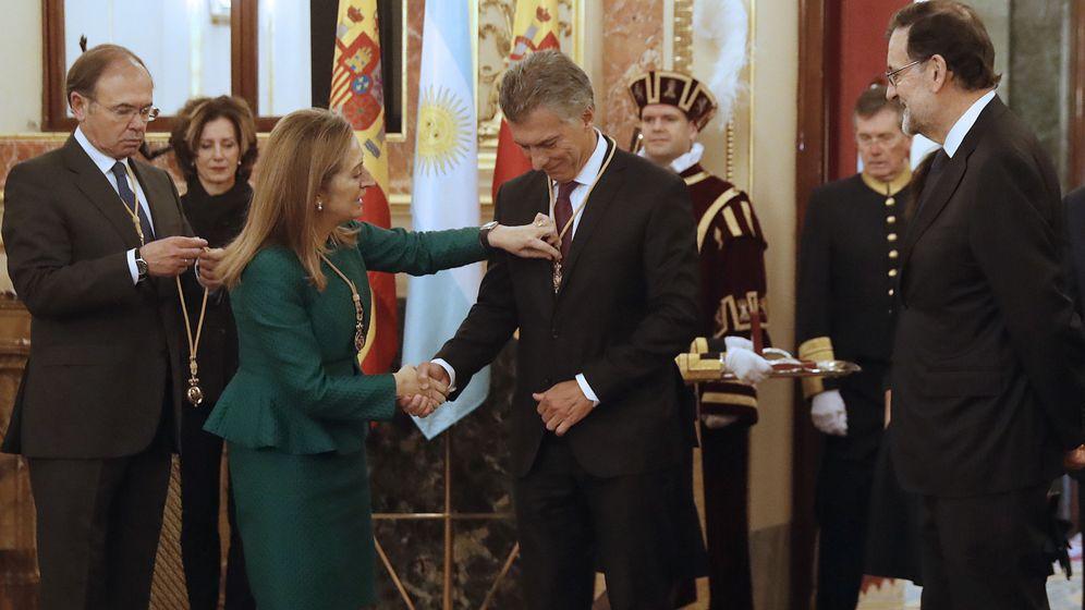 Foto: El presidente de Argentina, Mauricio Macri (c), junto al jefe del Ejecutivo español, Mariano Rajoy (d), ha recibido hoy las medallas del Congreso (en la foto) y del Senado. (EFE)