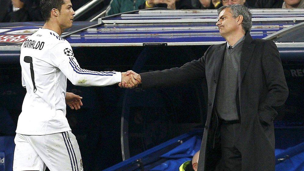 Foto: Cristiano Ronaldo y Jose Mourinho en un partido frente al Olympique de Lyon en 2011. (EFE)