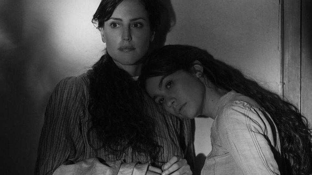 Foto: Natalia de Molina y Greta Fernández en un momento de 'Elisa y Marcela'. (Netflix)