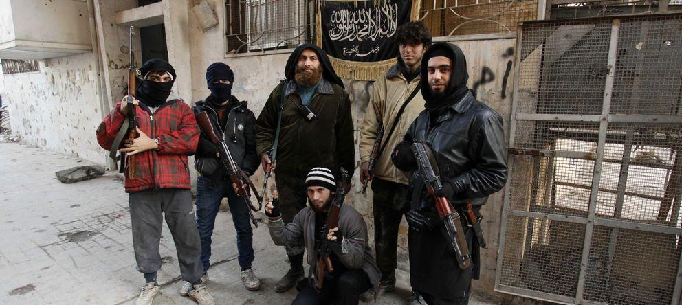 Foto: Miembros de la milicia Frente al Nusra, vinculada a Al Qaeda, posan para las cámaras en Karaj al-Hajez, Siria (Reuters).