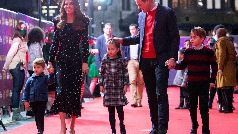 Los Cambridge y sus hijos, en su aparición del viernes 11 de diciembre de 2020. (Reuters)
