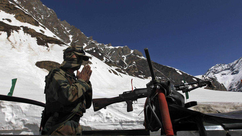 Un soldado indio de un regimiento de montaña reza antes de dirigir un convoy en Srinagar, India, en 2011. (Reuters)