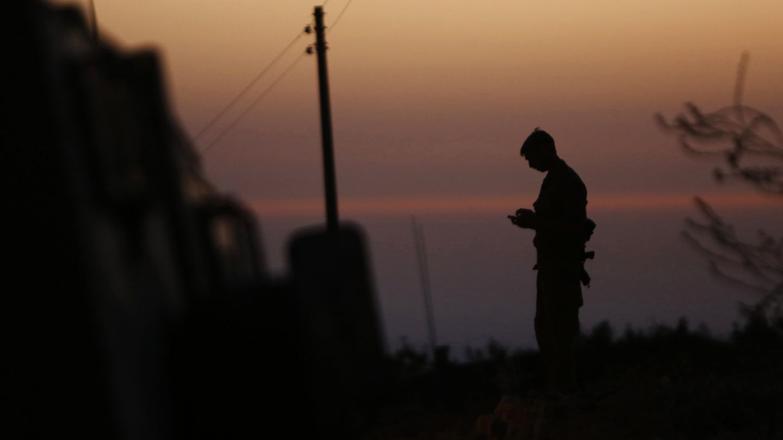 Un soldado israelí de guardia cerca de la ciudad de Hebrón este lunes (Reuters).