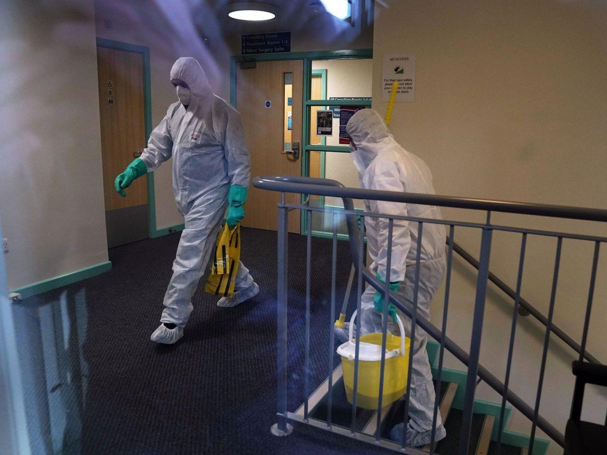 Foto: Personal sanitario limpia un local donde estuvo un contagido de coronavirus. (Reuters)