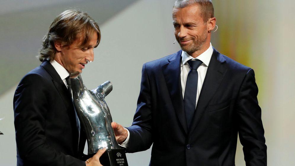 Foto: El presidente de la UEFA, Aleksander Ceferin, entregó a Modric el premio al mejor jugador del año. (Reuters)