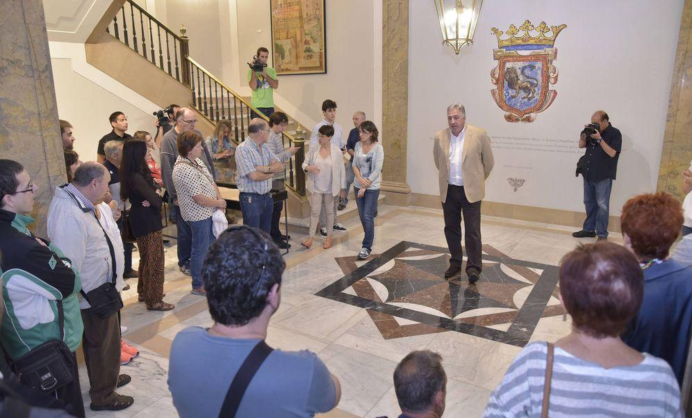 Foto: Joseba Asirón recibe a la primera visita guiada para mostrar la nueva decoración de la casa consistorial. (EC)