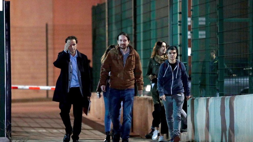 Foto: El líder de Podemos, Pablo Iglesias (c), acompañado por la portavoz de En Comú Podem, Lucía Martín (d), y el teniente de alcalde de Barcelona, Jaume Asens (i), a su salida de la prisión de Lledoners. (EFE)