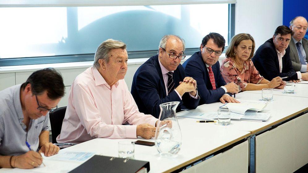 Foto: El presidente de la comisión organizadora de congreso del PP, Luis de Grandes (c). (EFE)