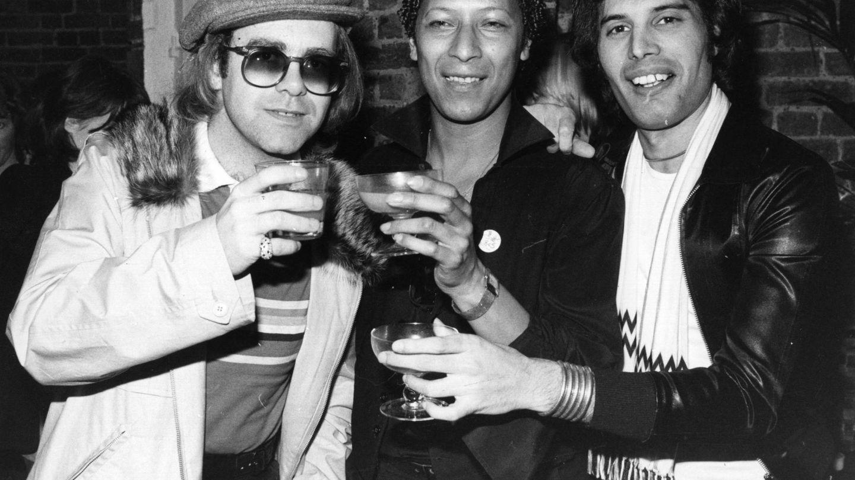 Elton, junto a Freddie Mercury en una imagen de 1977. (Getty)