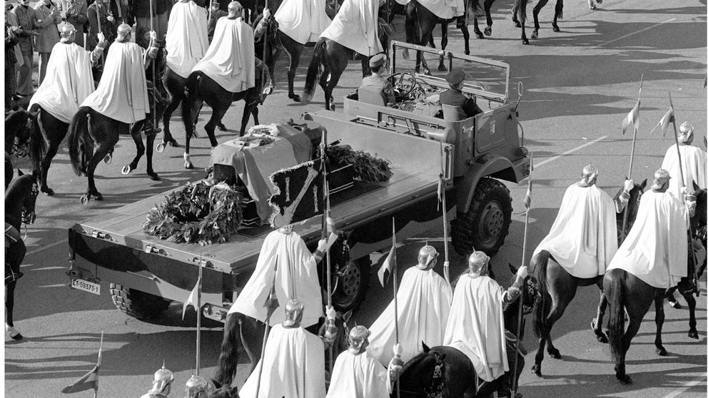 Un camión de un solo uso, aviones y cierre por soldadura: así fue el entierro de Franco