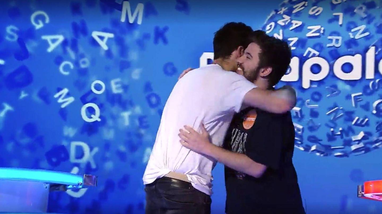 Abrazo entre Rafa y Orestes. (Mediaset)