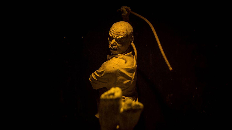 Una de las estatuas del museo que detalla el 'método falaqa' de tortura, que consiste en golpear la planta de los pies del detenido (E. Bonet)