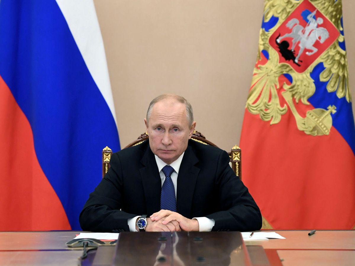 Foto: Vladímir Putin, en una teleconferencia con su equipo de seguridad. (Reuters)