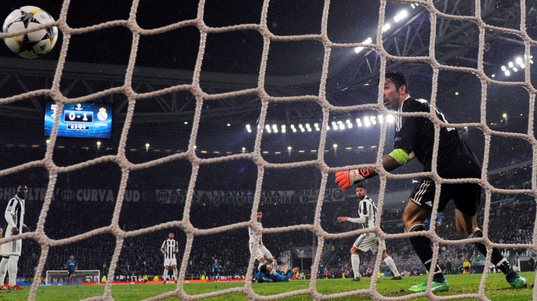 El gol de Cristiano Ronaldo, desde la portería. (Reuters)